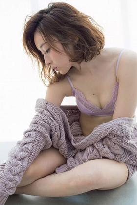 梅田彩佳さん、手ブラおっぱいに美尻がぐうシコ!露出が止まらないwww【エロ画像】