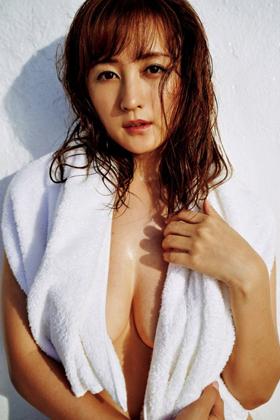 小松彩夏さん、おっぱいほぼ出てる過激グラビアで再ブレイク期待www【エロ画像】