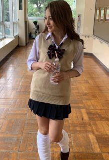 ゆきぽよ(22)のミニスカルーズソックスギャル制服姿がエロいww【エロ画像】