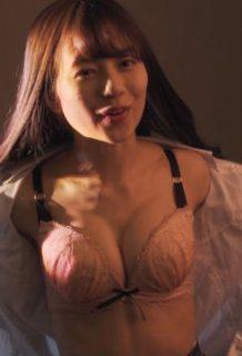 伊藤萌々香(21)の下着姿の胸チラ誘惑がぐうシコww【エロ画像】