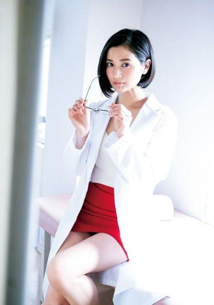 出口亜梨沙(26)のメガネ女教師グラビアがぐうシコww【エロ画像】