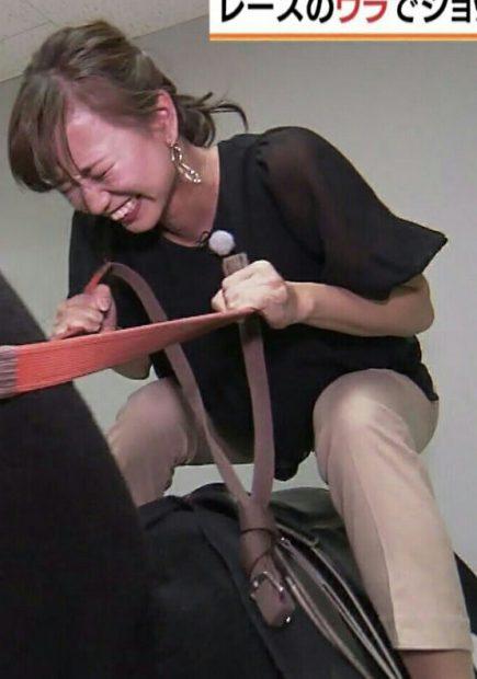 斎藤真美アナ(30)の騎乗体験して赤面してる姿がなんかエロいww【エロ画像】