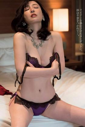 竹内渉さん、色気がヤバすぎるおっぱいに美尻が拝める過激グラビアを披露www【エロ画像】