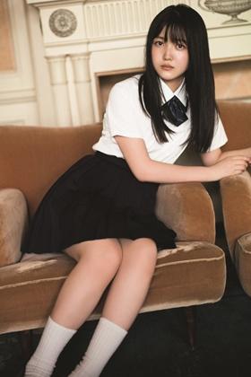 久保史緒里(18)の透明感溢れる制服姿のグラビアがエロいww【エロ画像】