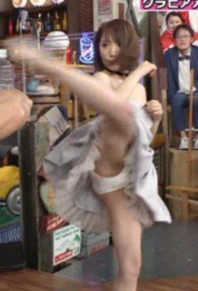 清水あいり(26)の純白パンチラがくっそエロいww【エロ画像】
