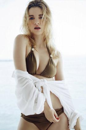 クレア・K(24)とかいう海外美女の初グラビアがぐうシコww【エロ画像】