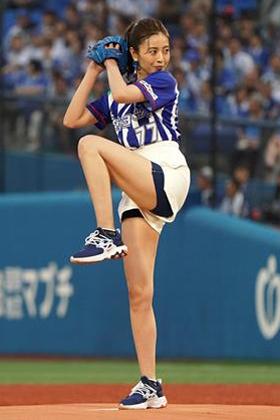 片瀬那奈(37)の始球式のショーパン美脚姿がエロいww【エロ画像】