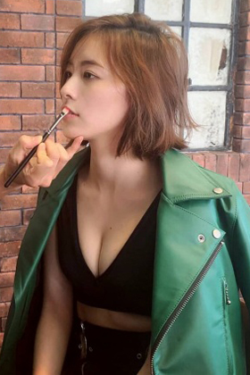 松井珠理奈(22)のインスタにアップされた胸チラ谷間がエロいww【エロ画像】