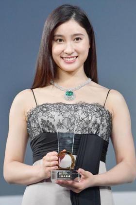 土屋太鳳(24)の色白美肌のムッチリドレス姿がエロいww【エロ画像】
