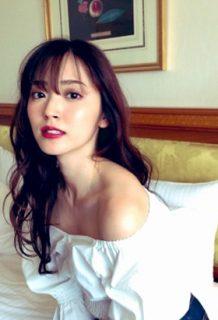 鈴木愛理(25)の肩出し国宝級の鎖骨がセクシーでエロいww【エロ画像】
