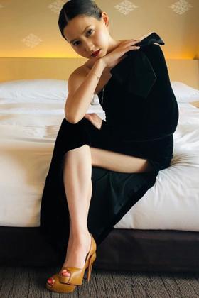 河北麻友子(27)の生足美脚のドレス姿がエロいww【エロ画像】