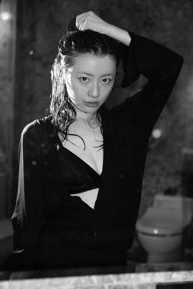 松本まりか(35)の写真集のセクシーな胸チラ谷間がエロいww【エロ画像】