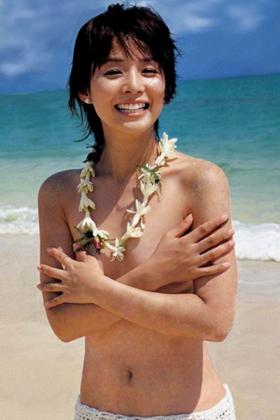 石田ゆり子(50)が美熟女好きにはたまらんww過去の水着グラビアが抜ける【エロ画像】