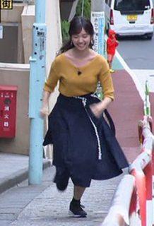 田中瞳アナ(23)の軽い胸チラに全力坂乳揺れがエロいww【エロ画像】