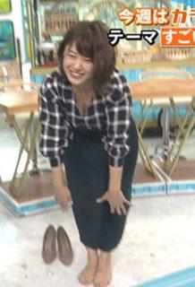 尾崎里紗アナ(26)の屈んで見えたクッキリ胸チラ谷間のgifがぐうシコww【エロ画像】