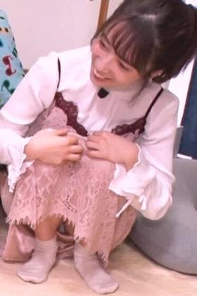 元乃木坂46・斉藤優里が大胆にパンチラ!!!純白パンツがモロ見えで草・・・【エロ画像】