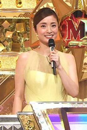 【GIF】上戸彩さん、人妻の「美巨乳おっぱい」を全国民に披露!胸チラしてるww【エロ画像】