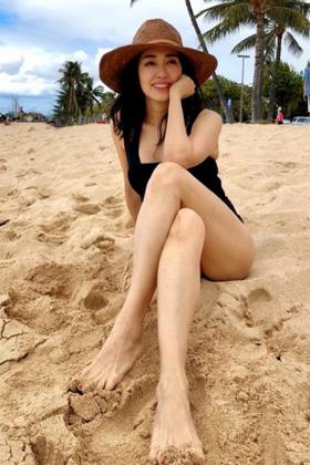早見優さん、53歳熟女の水着解禁・・・意外に美脚でエロくて草www【エロ画像】