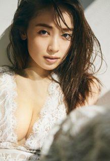 泉里香さん、写真集で久々おっぱい解禁!!!デカすぎエロすぎ問題www【エロ画像】