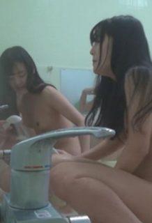 【※削除注意】女子部活合宿大浴場で起きたヤバすぎるカメラの流出映像がコチラwwwww